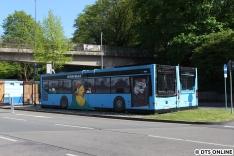 """Sehr kreativ: Zwei Pausencontainer wurden als Busse bemalt, ihr Ziel lautet """"Pause - gleich geht's weiter"""", so steht es auch auf den echten Bussen."""