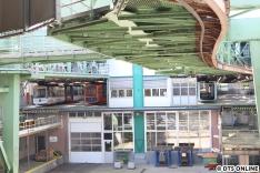 """Am anderen Ende in Vohwinkel befindet sich die Werkstatt, links zwei Züge der Bauart 72, rechts der """"Junior"""", Baureihe 15. Noch haben die Fahrzeuge keine Zulassung, da es Bremsprobleme gab. Ab Juni sollen sie auch tagsüber ohne Fahrgäste fahren."""