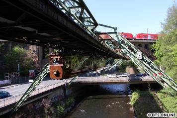 An der Station Zoo/Stadion (die erste der Wasserstrecke) trafen wir den Kaiserwagen, rein zufällig fuhr zeitgleich eine moderne S-Bahn der BR 1440 über die Eisenbahnbrücke.