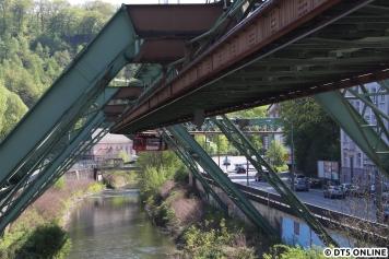 Die Strecke teilt sich in zwei Abschnitte: Die sogenannte Landstrecke, die eben zu erahnen war und die Wasserstrecke. Hier wechselt der Wagen gerade auf die Wasserstrecke, welche exakt dem Verlauf der Wupper folgt.