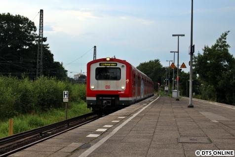 """Es fährt ein: Ein Zug der Baureihe 472 auf der Linie S3 """"nach Neugraben"""", tatsächlich geht es aber nach Hasselbrook."""