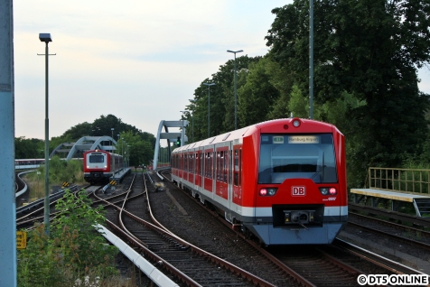 Mit dem Zug ging es zurück in Richtung Ohlsdorf, 4002 mit dem in Warteposition stehenden 472 026.