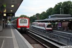 """Nach der S1 fuhr der 472-Vollzug durch den Bahnhof Ohlsdorf: Der Zug nach """"Nicht einsteigen"""" trifft auf den U-Bahn-Pendant nach """"Bitte nicht einsteigen"""""""