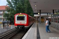 Rückfahrt: Mit 10 Minuten Verspätung erreicht 472 041 den Haltepunkt Hamburg-Landwehr. Grund war ein Feuerwehreinsatz.