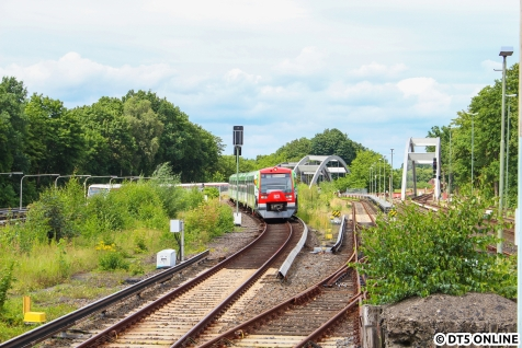 Der Zug kommt vom Flughafen, die Adler an der Front erkennbar