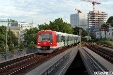 Aus der S-Bahn gesehen und auf die Rückfahrt gewartet hatte ich am Dammtor auf den 474 596 (4096). welcher seit einem Jahr für Asklepios wirbt.