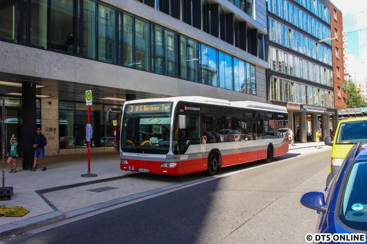 """Am Großen Burstah wartet die """"Linie 3"""" auf ihre Weiterfahrt zum Berliner Tor. Wer das """"U"""" findet, darf es gerne am Bus abgeben!"""