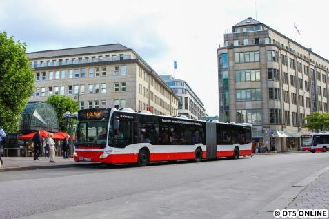 Abfahrtbereit am Rathausmarkt: Der Ersatzverkehr nach St. Pauli.