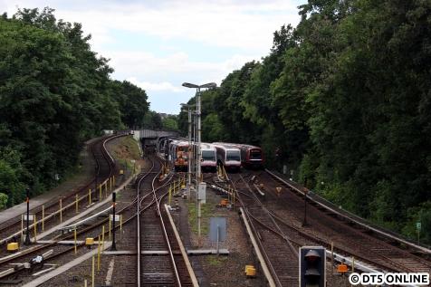 Vier auf einem Streich: Der 348-Verband, zwei DT4-8-Wagen-Züge und ein 6 Wagen-DT5 nebeneinander.