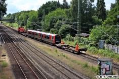 Die Kuppelwagen vor und hinter dem Zug werden benötigt, da die Lok keine Schaku besitzt.