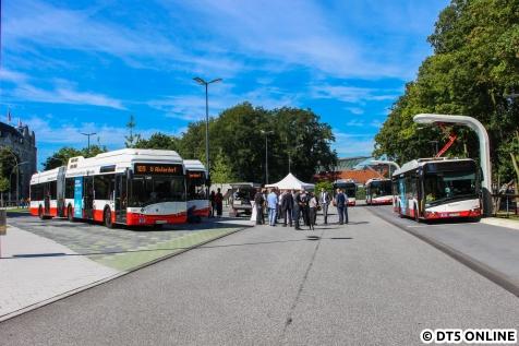 """Gleich zu Beginn eine kleine Überraschung: Fünf auf einen Streich! Kurz vor der Presseveranstaltung war der E-ZOB in Solaris-Hand: Nur die beiden """"Batteriebusse mit Brennstoffzelle als Range-Extender"""" (auch aus der Urbino electic-Familie) und die drei neuen Batteriebusse waren dort. Die wohl einzige Möglichkeit mal alle fünf Solaris-Busse auf ein Foto zu bekommen..."""