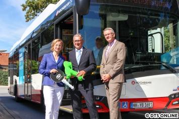 Der Solaris-CEO (m.) übergibt Ulrike Riedel symbolisch den Schlüssel.