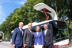 Gruppenfoto vor dem neuen Elektrobus. Ab November sollen Fahrgäste mitgenommen werden, bis dahin müssen noch technische Anpassungen und Schulungen durchgeführt werden.