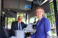 Senator Horch und Vorstand Ulrike Riedel im Bus, kurz vor der Senatorenfahrt. Statt etwa einen Startknopf symbolisch zu drücken ...