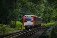 """Neben der Strecke verläuft der sogenannte """"U-Bahn-Wanderweg"""", von welchem sich Aufnahmen lassen machen. Wer sagt, dass dieses Foto jeden Tag möglich wäre: Nein, denn es handelt sich hier nur um einen Sechswagenzug."""