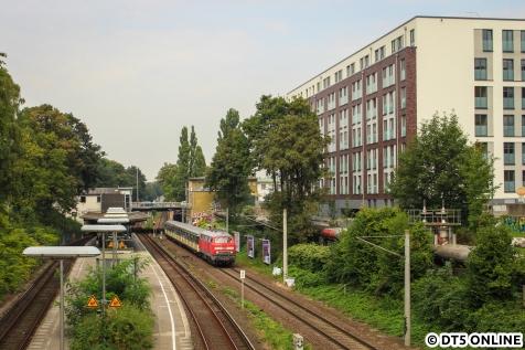 Der Verband, bestehend aus 218 474 + 470 128, passiert die Station Wandsbeker Chaussee.