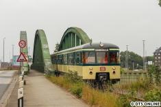 Schon wenige Minuten danach passiert der Traditionszug diese Brücke an der Klütjenfelder Straße.