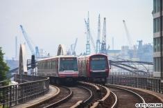 Am Rödingsmarkt treffen sich DT4 und DT5 auf dem Viadukt: Leider ist ausgerechnet diese Aufnahme leicht unscharf geworden, aber wenn man nicht so genau hinsieht... ;)
