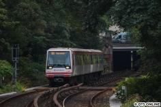 Der Jazztrain hat falsch beschildert gerade den Tunnel an der Lübecker Straße verlassen und nähert sich der Haltestelle Uhlandstraße.