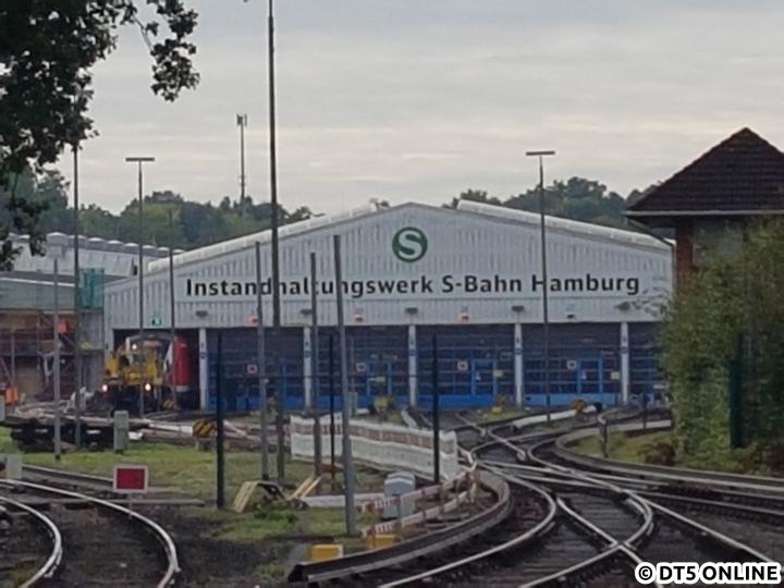 Der Zug 490101/601 wird gerade in die Halle des S-Bahn-Werks Ohlsdorf geschoben.