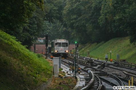 """Nachdem es zu Verspätungen bis 15 Minuten aufgrund eines schadhaften Zuges kam, befürchtete ich bereits schlimmes. """"Glücklicherweise"""" war ein DT4 dieser schadhafte Zug, und nicht der T-Wagen-Zug. Mit einiger Verspätung erblickt er wieder das Tageslicht."""
