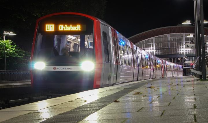 DT5 346 steht am frühen Morgen des 24. Septembers abfahrtsbereit im Bahnhof Volksdorf. Bei insgesamt zwei Pendelbetrieben zwischen Ohlstedt und Volksdorf sollten 6 Wagen DT5 eingesetzt werden, doch in der Vorwoche war das schon am Samstagmorgen nicht mehr der Fall. Eine Woche später stand ich also besonders früh auf, um den Pendelzug zu fotografieren, welcher übrigens erneut nicht das gesamte Wochenende überstand; am Sonntag fuhren erneut 6 Wagen DT3.