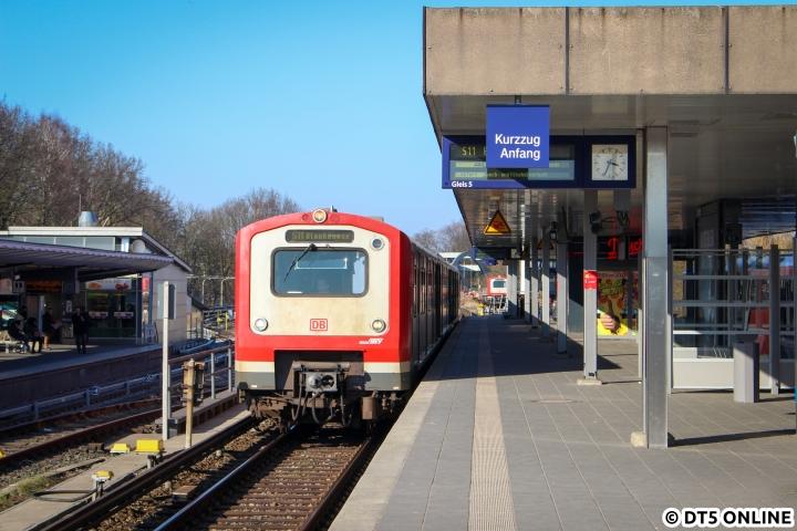 """Dieses winterliche Foto zweier Kurzzüge der Baureihe 472 in Ohlsdorf wird in doppelter Hinsicht """"zeitnah"""" unwiederholbar: Ab 2018 soll die Baureihe 490 die Altbauzüge der BR 472/473 komplett ersetzen und ab 2019 soll durch eine kürzliche Aufstockung der 490-Bestellung (zwölf weitere Fahrzeuge) die S11 nur noch mit sechs Wagen verkehren. Auf dieses Foto vom 472 015 kann man es kaum anlegen, es """"passierte"""" einfach."""