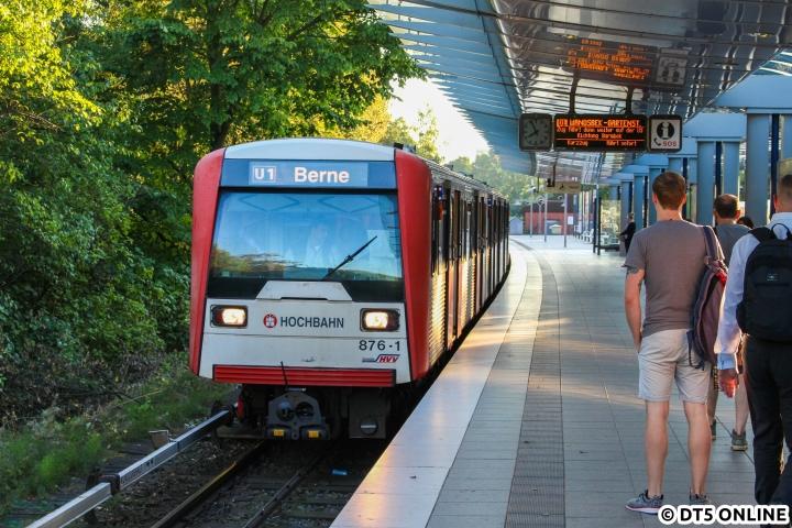 """Gut acht Wochen vor seiner Abstellung zeigte sich DT3 876 als U3-Einsetzer in der morgendlichen Früh-HVZ in der Haltestelle Trabrennbahn. Knapp ein Dutzend U3-Züge setzen morgens als U1 in Farmsen ein und wechseln in Wandsbek-Gartenstadt auf die U3, wie die """"alte U2"""" von/nach Farmsen sozusagen. Die Züge fahren mit dem entsprechenden U1-Zugziel, sodass zwischen Trabrennbahn und Wandsbek-Gartenstadt umgeschildert werden muss. Der Kollege begann schon etwas früher, sodass kurz vor Abfahrt das Ziel """"U1 Berne"""" abgelichtet werden konnte. Am 15. September entstand hiermit außerdem mein letztes Bild des per 11.11.16 abgestellten Zuges."""