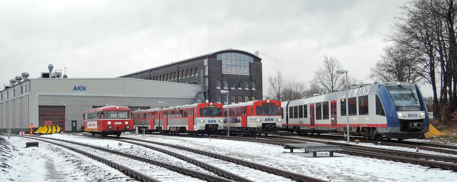 """Zum Nikolaus blicken wir ein bisschen nach Außerhalb: Am 8. Januar veranstaltete die AKN im Betriebswerk im Kaltenkirchen für die Presse ein letztes Zusammentreffen ihrer Fahrzeuge. Neben einem Schienenbus, einem VT2E und einem Hybrid-VTA zeigte sich auch der """"neue"""" LINT 54H. Während die Startschwierigkeiten mit den LINT inzwischen längst vergessen sind, und ab und zu bei A1-Sperrungen auch auf die A2 gelangen, sind sämtliche VT2E in Norddeutschland von der Bildfläche verschwunden. Einzig der Triebwagen 35 zeigte sich noch für eine Sonderfahrt, wohl der letzten für einige Zeit."""