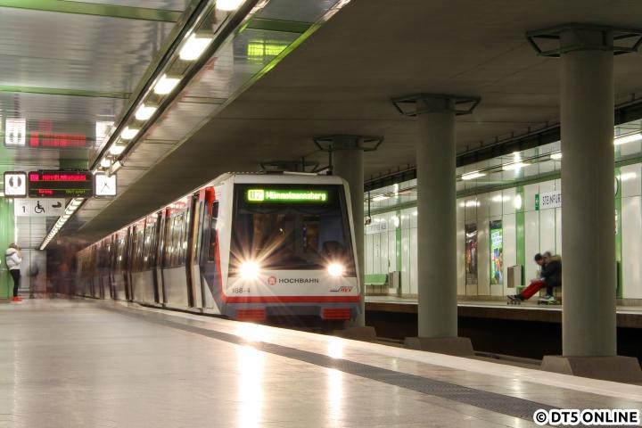 Am 9. März steht DT4 188 mitten in der Hauptverkehrszeit als Kurzzug in der Haltestelle Steinfurther Allee. Bei vier Zügen unterblieb die Verstärkung auf acht Wagen, sodass es doch etwas enger wurde. Mittlerweile ist die Haltestelle eine Baustelle, da zusätzliche Notausgänge am Bahnsteigende gebaut werden. Auch wurden die Haltestellenschilder hier kürzlich gegen Norm-Schilder ausgetauscht, hier hielten sich die alten Schilder mit am längsten. Bald werden dann nach etwas mehr als zehn Jahren wieder alle Haltestellenschilder gleich aussehen.