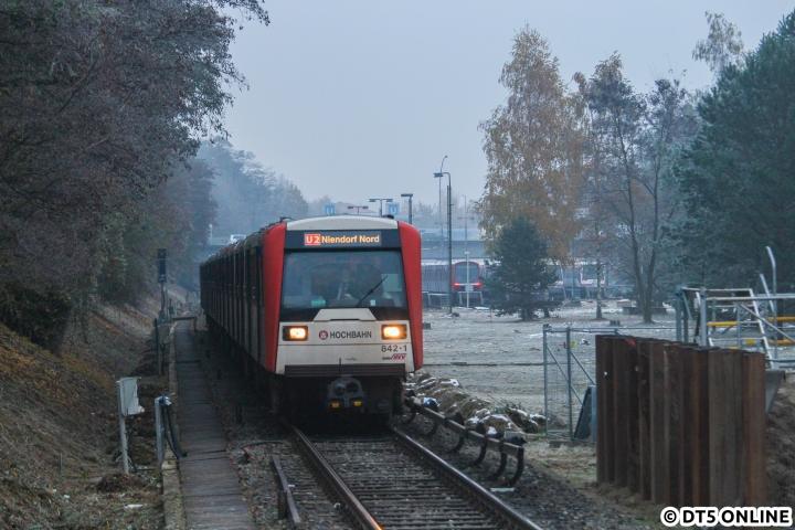 Ein DT3 auf der U2? Ja, ein sehr seltenes Bild. Und dann noch auf einem Kurs nach Niendorf Nord... Naja gut ok, nur die halbe Wahrheit: Am 12. November fuhr auf der U2 zwischen Billstedt und Horner Rennbahn ein DT3-Pendelzug. Am Samstagnachmittag bei Dämmerung und leicht diesigem Wetter erreichte der von DT3 842 angeführte Pendelzug die Haltestelle Legienstraße. Seit 2009 waren hier keine planmäßigen DT3-Einsätze mehr zu beobachten (von der Sommersperrung 2014 abgesehen)... Das Bild schafft es dank richtiger Beschilderung also zur Illusion, es handle sich um eben einen solchen Planeinsatz. Oder? ;)