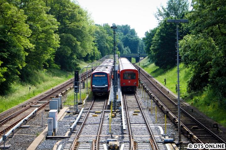 Am 1. Juni dieses Jahres standen sich DT5 und DT2 in der Billstedter Kehranlage direkt gegenüber. Links zu sehen ist der DT5 314, auf dem rechten Gleis warten die DT2 758, 768 und 771 auf ihre letzte Fahrt im Hamburger U-Bahn-Netz. Das Sechserpack fuhr dann von zwei Akkuloks eingeschlossen über Berliner Tor direkt nach Barmbek auf den Betriebshof. Die drei Einheiten, welche übrigens auch die Abschiedsfahrt bestritten, wurden dann schließlich am 3. Juni nach Lübeck gefahren…