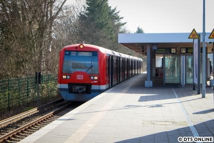 """Am 26. März steht der 474 035 in der Haltestelle Nettelnburg. Die S21 ist von den Altbauzügen der BR 472/473 geprägt, doch kann man heute hin und wieder mal einen der """"noch neuen Fahrzeuge"""" hier antreffen."""