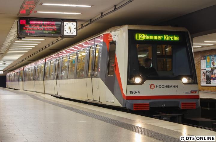 Die Sperrung eines Gleises zwischen Horner Rennbahn und Billstedt und der damit verbundene Pendelbetrieb machte es nötig, die U2-Kurzläufer zu kürzen. Während die U4 samstags bereits Berliner Tor endete, kehrten die Zwischenzüge der U2 in Hammer Kirche. Das doch etwas unübliche Ziel hielt ich am DT4 190 in der Haltestelle Osterstraße fest. Tags darauf sollte übrigens die U4 dort abkehren…