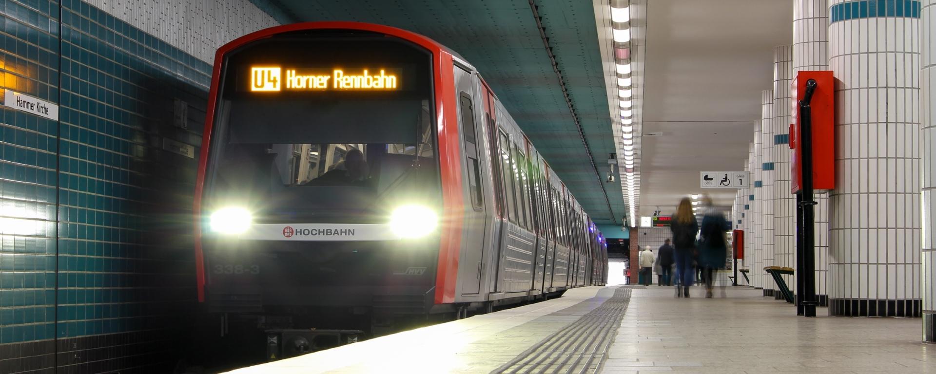 Wieder etwas Planbetrieb… DT5 338 wird in wenigen Momenten die Haltestelle Hammer Kirche verlassen, auf dem Weg zur Horner Rennbahn.