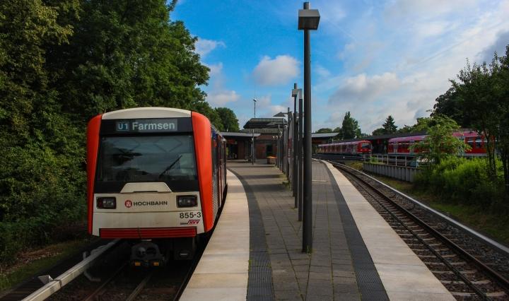 Ein Bild mit ein paar Details… Am 26. Juli steht DT3 855 abfahrbereit in der Haltestelle Ohlsdorf bereit. Nicht nur, dass das Logo an der Front von denen der anderen DT3 leicht abweicht (ebenso wie 812 anders beklebt ist), sondern fehlt auch der Fahrer. Und der Verstärkerzug, der in Ohlsdorf enden soll, fehlt auch noch. Nicht fehlen tut der zweite Teil der S1, welche gleich angekuppelt wird. Insofern mal ein Bildchen vom 8:59-Verstärkerzug, welches mit ein paar Dingen gespickt ist ;)