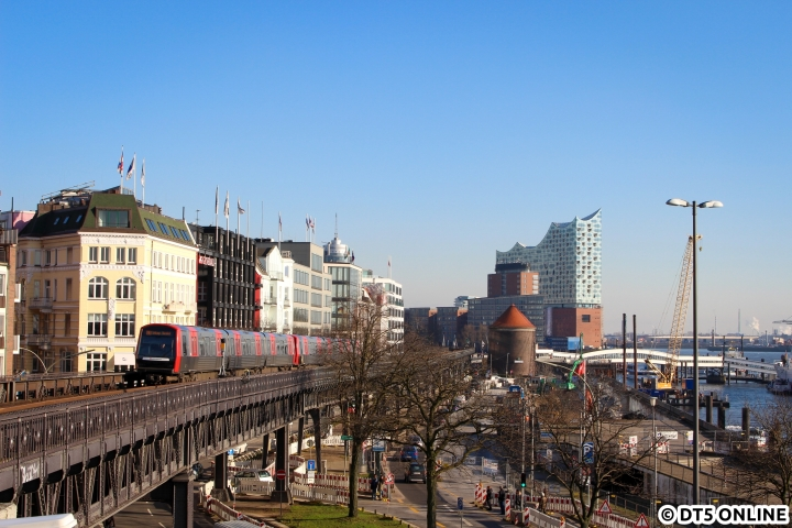 Heute vor 10 Jahren wurde er bestellt: DT5 304 erreicht am 16. Februar die Haltestelle Landungsbrücken, der Zug sollte im November 2012 auch die Jungfernfahrt bestreiten. Seinerzeit wurden die ersten 27 Fahrzeuge fest bestellt.