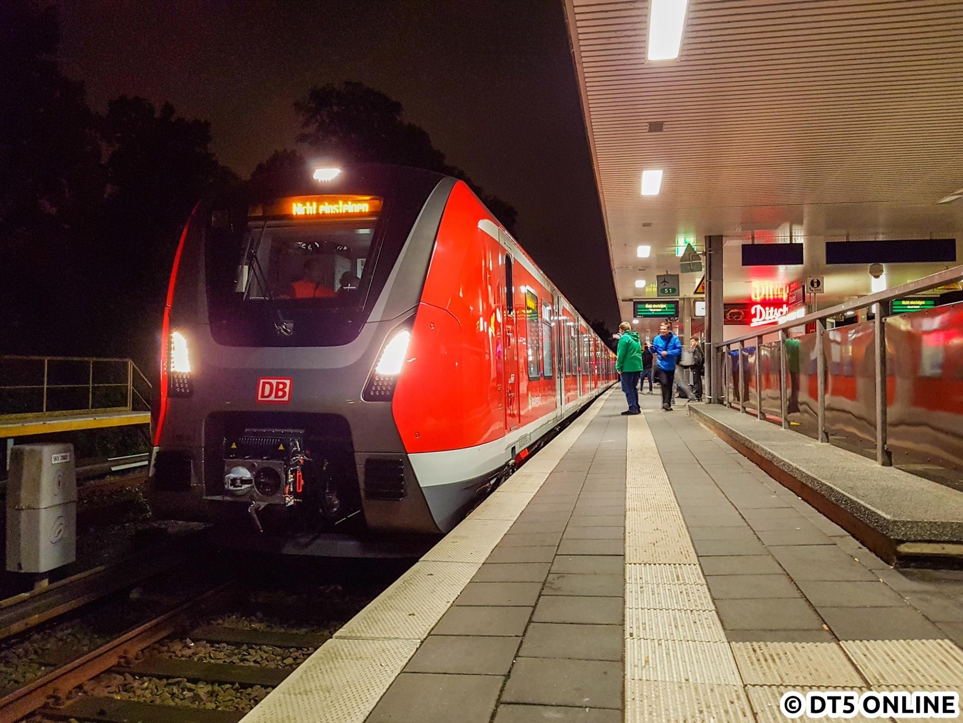 Am 11. Oktober war es so weit: Der erste Zug der Baureihe 490 sollte seine ersten Testfahrten im Hamburger S-Bahn-Netz machen. Um 20:53 und damit über eine Stunde später als man aus dem Buschfunk vernehmen konnte fuhr der Zug an den Bahnsteig heran und zunächst nach Poppenbüttel. Am Freitag ging es für den Zug 490 101 wieder zurück nach Hennigsdorf. Wann die Testfahrten weitergehen, wird man sehen.
