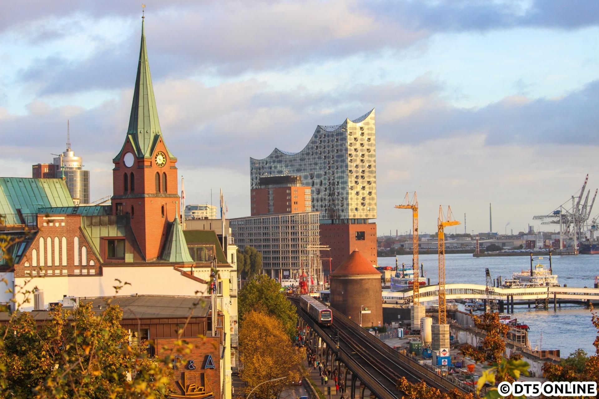 Kurz vorm Sonnenuntergang des 30. Oktobers fährt DT5 317 am Hamburger Hafen vorbei. Nachdem die Elbphilharmonie nun kranfrei ist, stehen jetzt welche aufgrund der Erneuerung des Flutschutzes im Bild. Man kann ja nicht alles haben…