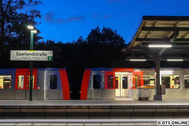 """In der blauen Stunde des 6. Augusts hält DT5 341/325 gerade im Bahnhof Saarlandstraße. Die selbstständige Türschließung wurde nach Beschwerden verlangsamt, von ursprünglich drei auf """"neuerdings"""" sechs Sekunden. Das ist übrigens genauso lang, wie die Belichtungszeit dieses Fotos…"""
