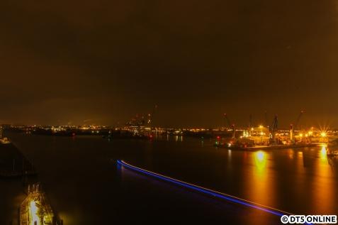 Elbaufwärts... Ein Touri-Schiff hat gerade gewendet und fährt zurück (blaues Licht)