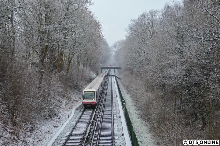 Ähnlich überraschend wie Anfang vergangenen Monats kam der Schnee am 16. Januar dieses Jahres. Auch wenn dieser nicht ganz so lang (und vor allem nur deutlich weniger davon) uns erhalten bleiben sollte, durchfährt DT4 204 das winterliche Fuhlsbüttel. In den vergangenen Wochen wurde die Vegetation in der rechten Hälfte deutlich zurückgenommen…