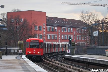 Eine Woche sind sie jetzt schon aus dem Betrieb: Mit 921 wurde am 9. Dezember abgestellt. Am Sontag zuvor konnte ich noch drei DT3-LZB-Fahrzeuge ablichten, den 921 und das hier zu sehende LZB-Doppel 925 + 924, wie es die Haltestelle Hamburger Straße erreicht. Für die beiden war wohl am Donnerstag schon Schluss. Machs gut, DT3-LZB!