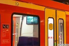 Ein Blick vom Bahnsteig ins Innere des Zuges. Innen steht weiter S11 Altona als Ziel. Schließlich soll das Fahrgastinformationssystem getestet werden, die Zielanzeigen außen werden offenbar manuell überschrieben.