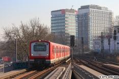 Am Mittwoch startete der Testzug mit über einer Stunde Verspätung. Während der Wartezeit am Bahnhof Dammtor erreicht einer von zwei 472-Vollzügen den Bahnhof Dammtor.