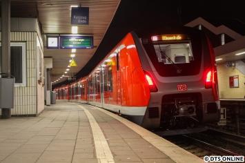 Nach Ende der Hauptverkehrszeit wurde der Zug wieder auf die Strecke gelassen. Am Berliner Tor wartet der Zug auf seinen Einsatz als S21 nach Elbgaustraße.