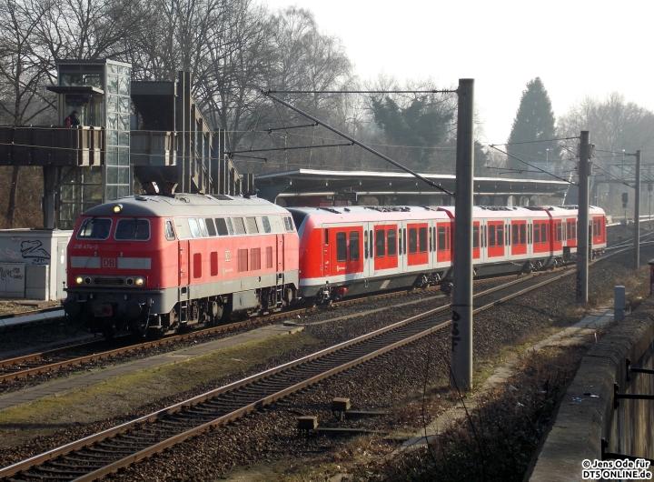 Die 218 wurde dann mit dem 490 002 gekuppelt und fuhr Richtung Ohlsdorf zum Gleisanschluss der S-Bahn...