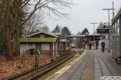 Die Rückfahrt in Sülldorf: In die sonst doch recht alt wirkende Kulisse - man beachte z.B. die Formsignale bzw das Stummelsignal vorn, drängt sich ein neuartiger Zug.