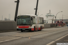 """Noch auf Hamburgs Straßen: Ein Van Hool-Solobus fährt auf der Linie 111 über die Baakenhafenbrücke. Neu seit Fahrplanwechsel sind die Ziele wo nun zusätzlich """"üb. Elbphilharm."""" steht. Besonders genau ist hierbei ist das Ziel gen Baakenhöft: """"HafenCity üb. Elbphilharm."""" - über Elbphi hätte wohl besser gepasst..."""