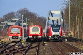 Es sollte alles stimmen: Als mein Zug vom Airport kam, stand nur der 4017 links dort. Es kam ein 472-Kurzzug dazu, 238, und die Anzeige am Gleis 2 sprang auf Nicht einsteigen um - die S1 Richtung Innenstadt war ein bisschen spät dran. So kam der 490 im Gegengleis nach Ohlsdorf und macht so das Familientreffen perfekt: Die Generationen 4 bis 6 der Hamburger S-Bahn in einem Bild.